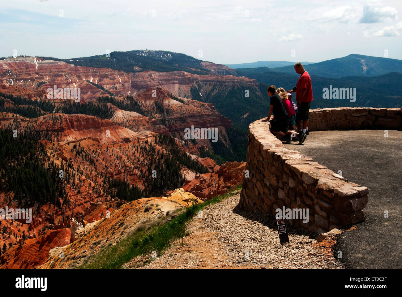 Father and 3 children look at canyon at North View, Cedar Breaks National Monument - Stock Image