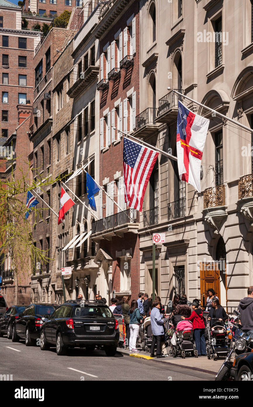 Picking up the Kids, The Episcopal School, 35 East 69th Street, NYC - Stock Image