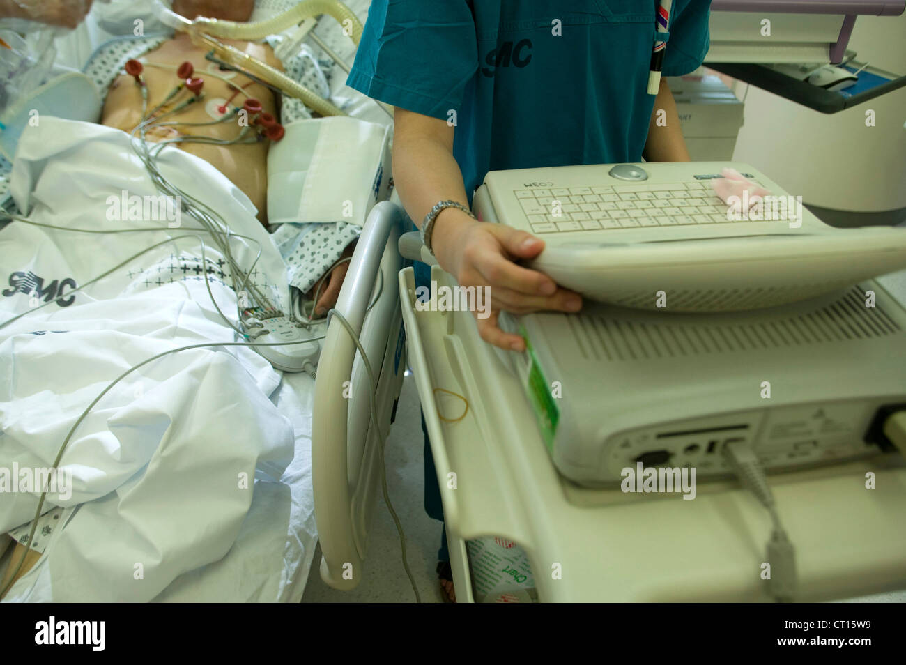 A medical staff attends to the life saving equipment in the intensive care unit, Samsung Hospital, Seoul, South - Stock Image