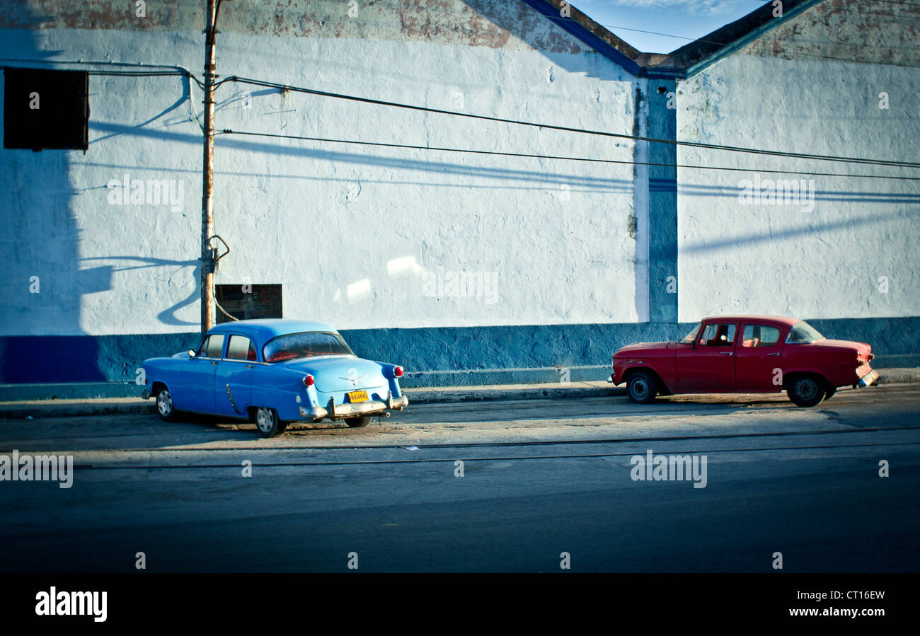 Vintage cars parked on city street - Stock Image
