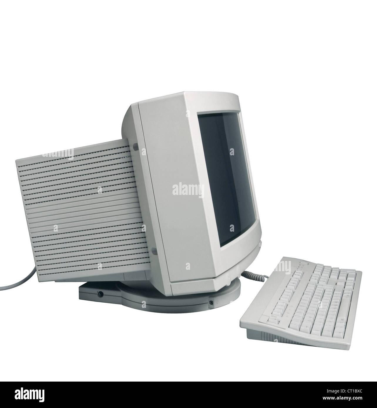 Computer von der Seite mit Röhrenmonitor leerem Bildschirm. Auf weißem Hintergrund - Stock Image