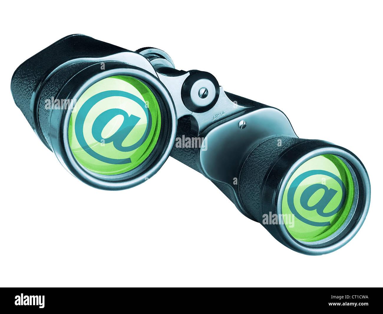 Fernglas von vorn mit At Zeichen auf weißem Hintergrund Stock Photo