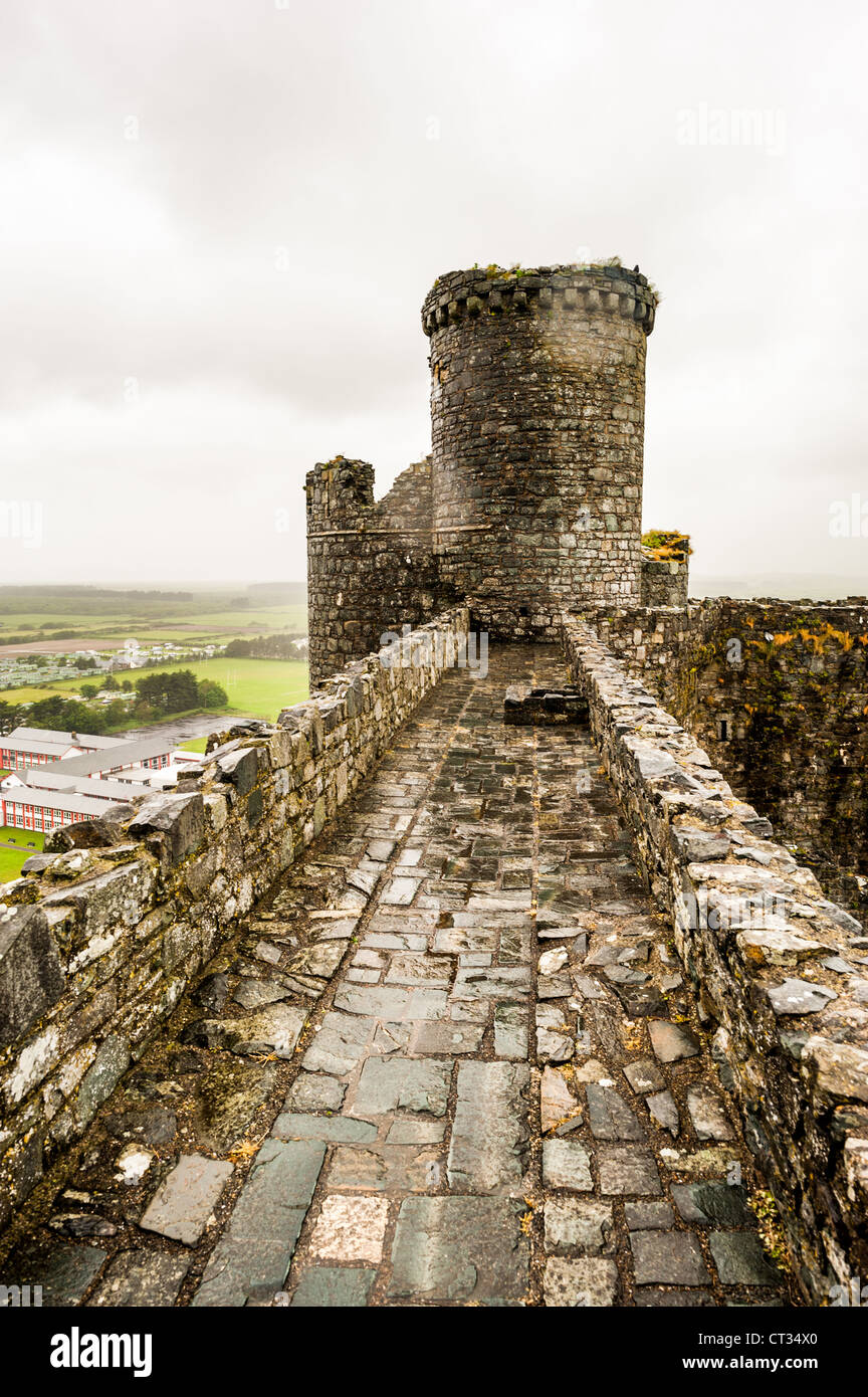HARLECH, Wales - Tower and ramparts at Harlech Castle in Harlech, Gwynedd, on the northwest coast of Wales next - Stock Image