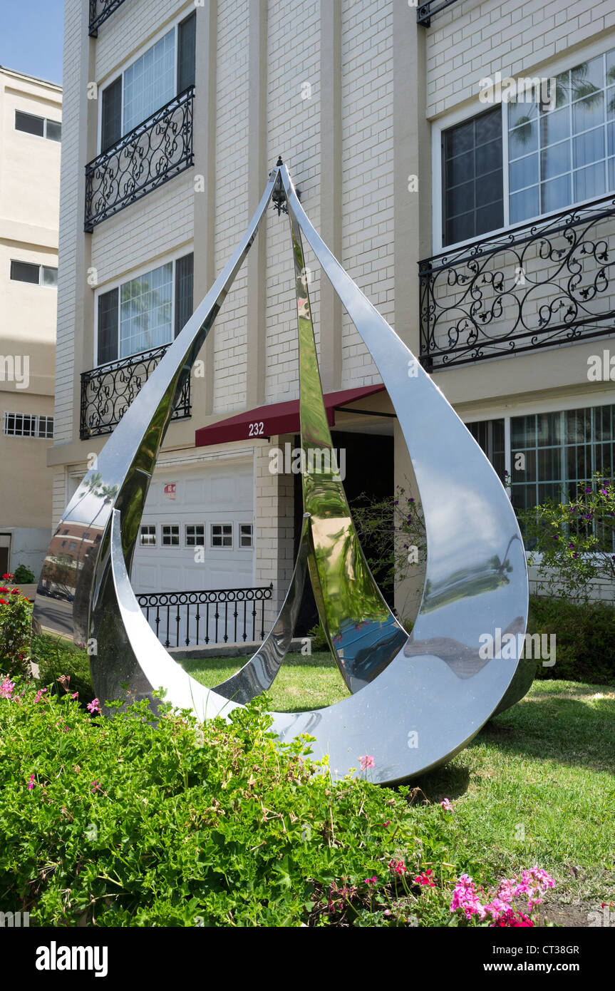 A highly polished, reflective sculpture outside apartments in hollywood - Stock Image
