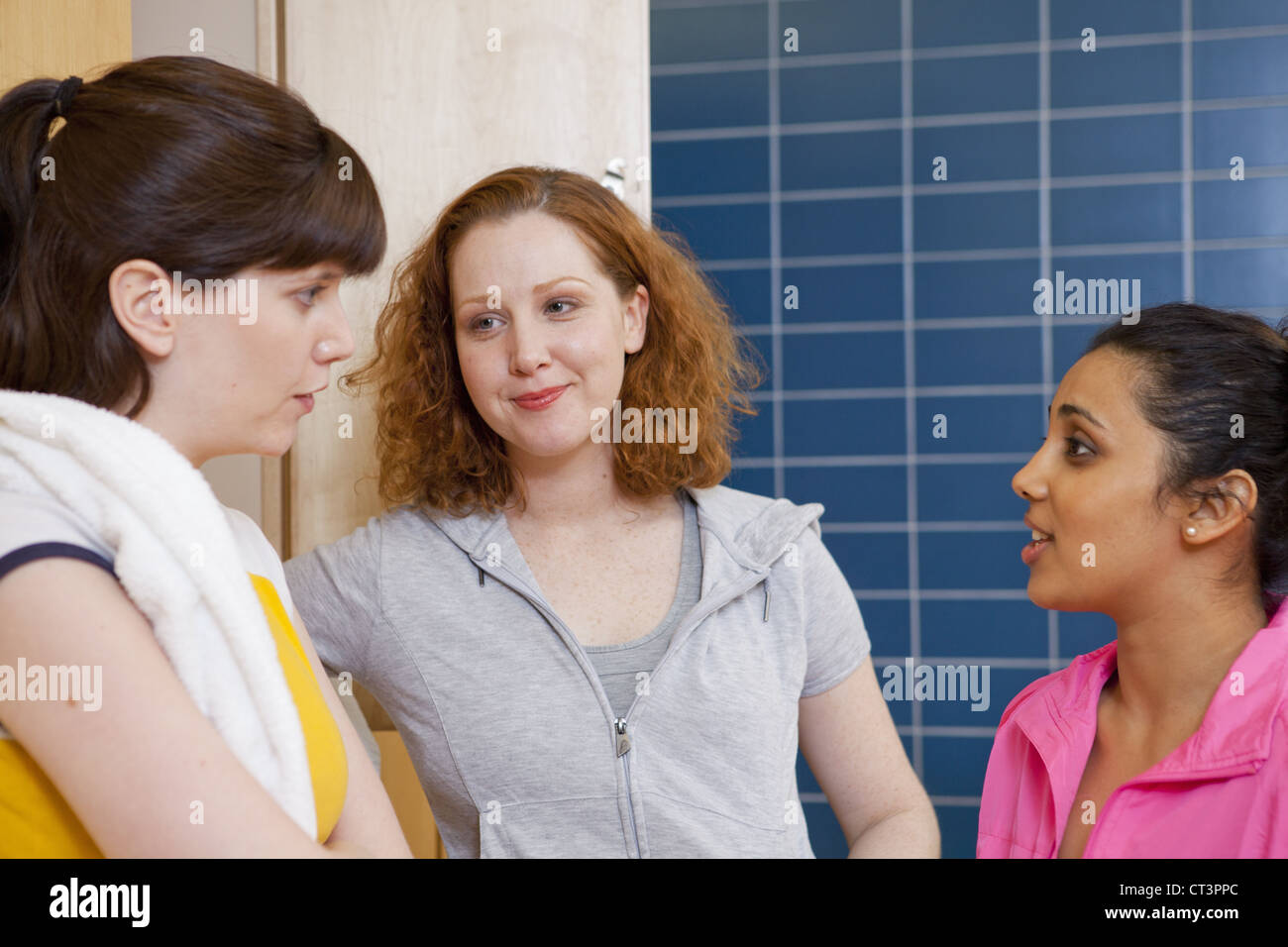 Women talking in locker room - Stock Image