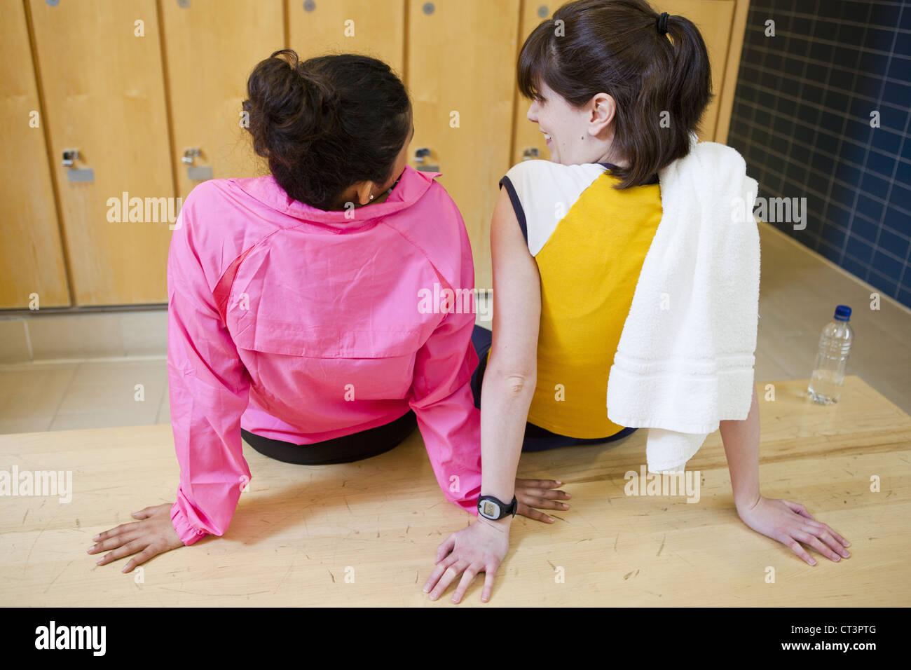 Women talking in locker room - Stock Image