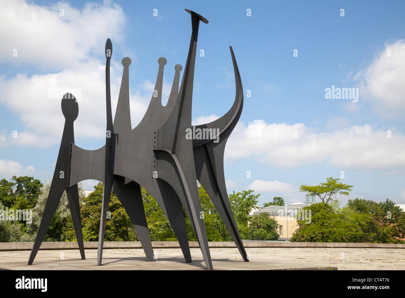 "Neue Nationalgalerie, Berlin Germany sculpture ""Têtes et Queue"" by Alexander Calder - Stock Image"