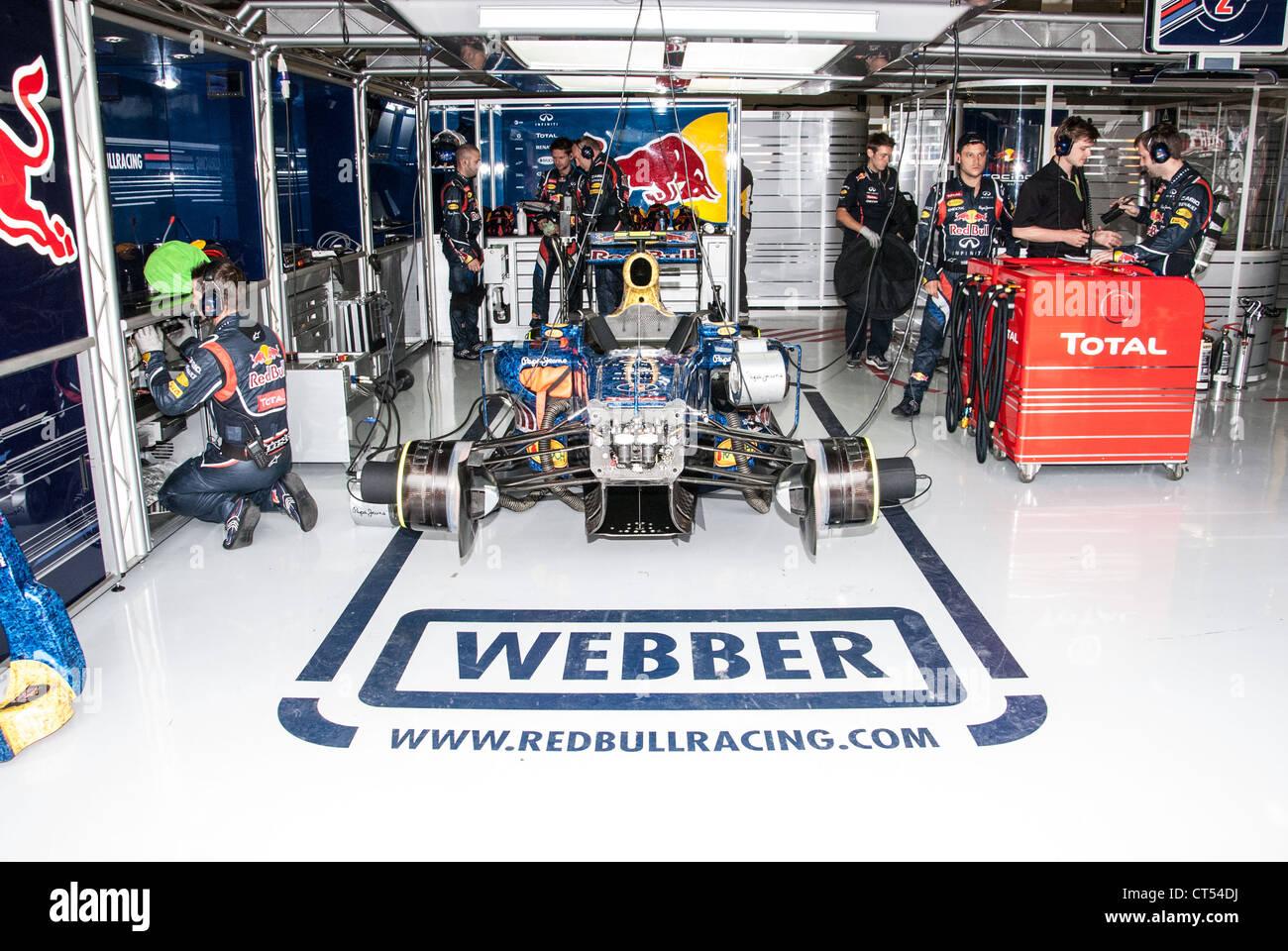 Mark webber red bull racing team garage british formula for Garage formule m
