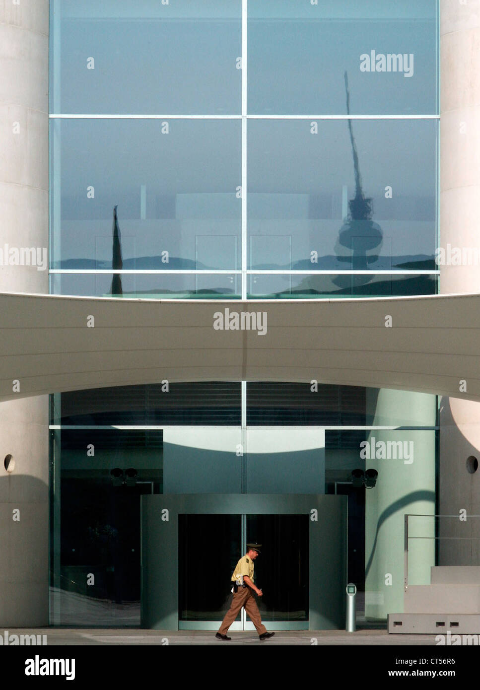 Berlin policeman goes past the entrance to the chancellery - Stock Image