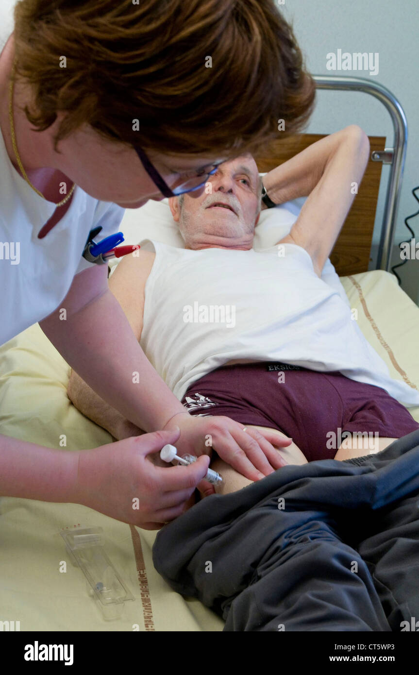 INJECTION, ELDERLY PERSON - Stock Image