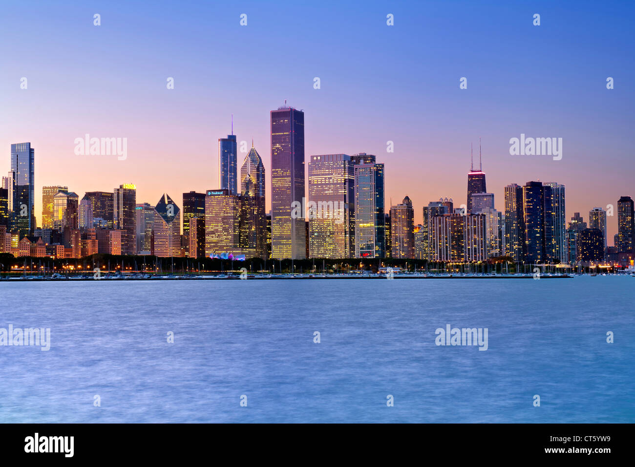 Dusk view of the Chicago skyline in Illinois, USA. - Stock Image