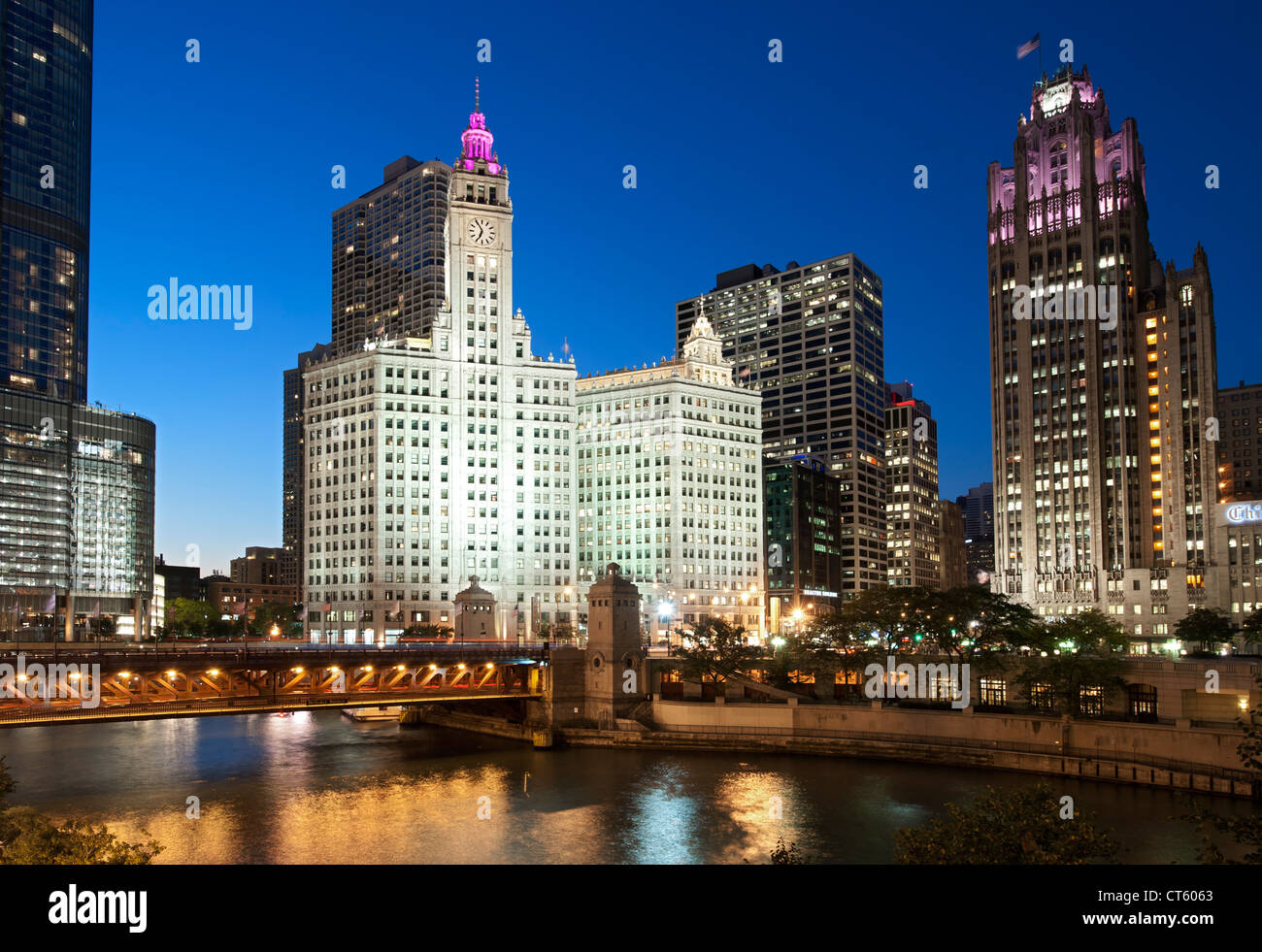 Night-time view of the Michigan Avenue Bridge (officially DuSable Bridge) and the Wrigley building and Tribune Tower - Stock Image