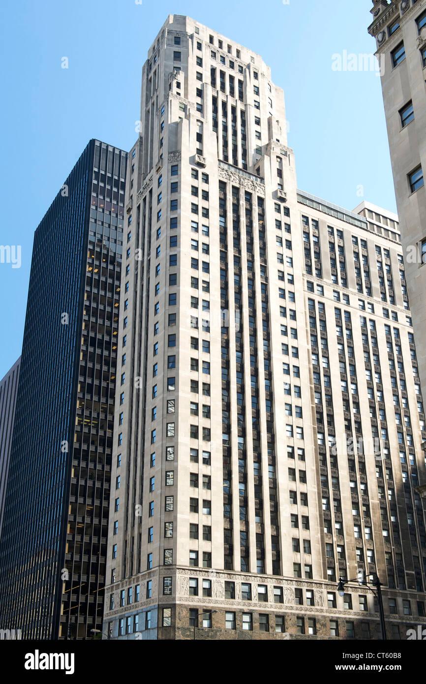 333 North Michigan Avenue, an art-deco skyscraper overlooking the Chicago River in Chicago, Illinois, USA. - Stock Image