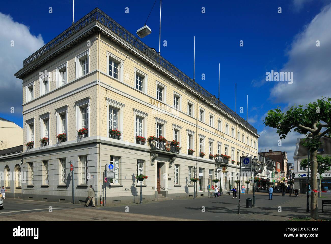 Klassizistisches Rathaus mit Apotheke und Stadtbuecherei in Krefeld-Uerdingen, Niederrhein, Nordrhein-Westfalen - Stock Image