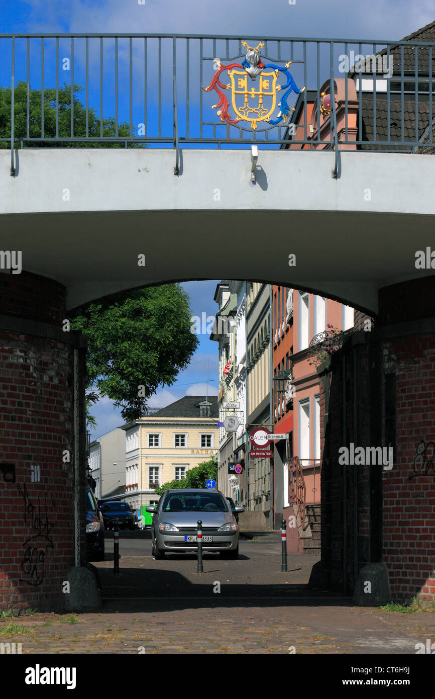 Hochwasserschutz am Rhein, Rheintor mit Uerdinger Wappen, Tor zwischen Rheinpromenade und der Strasse Am Rheintor - Stock Image