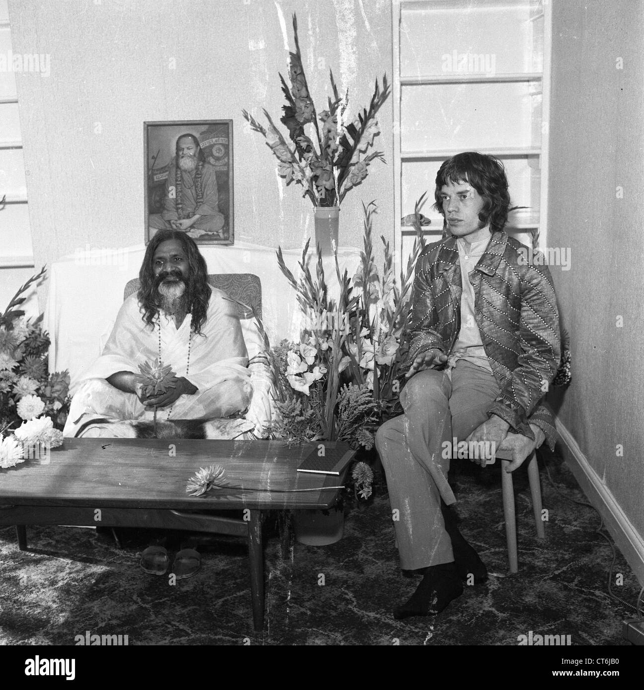 006263 - Mick Jagger & Maharishi Mahesh Yogi in Bangor, North Wales in August 1967 - Stock Image