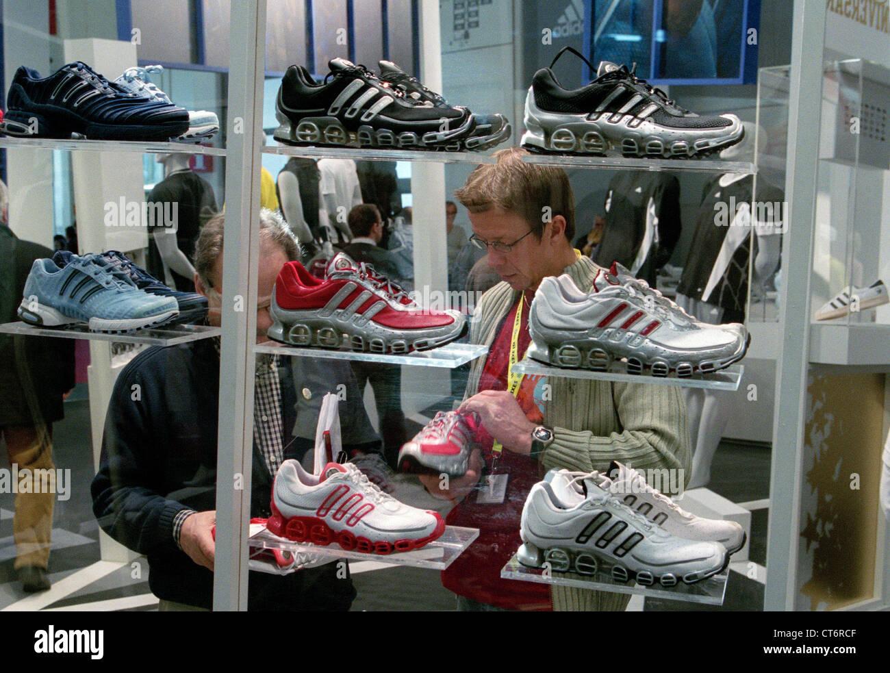 Adidas modelli foto di repertorio & adidas modelli stock immagini alamy