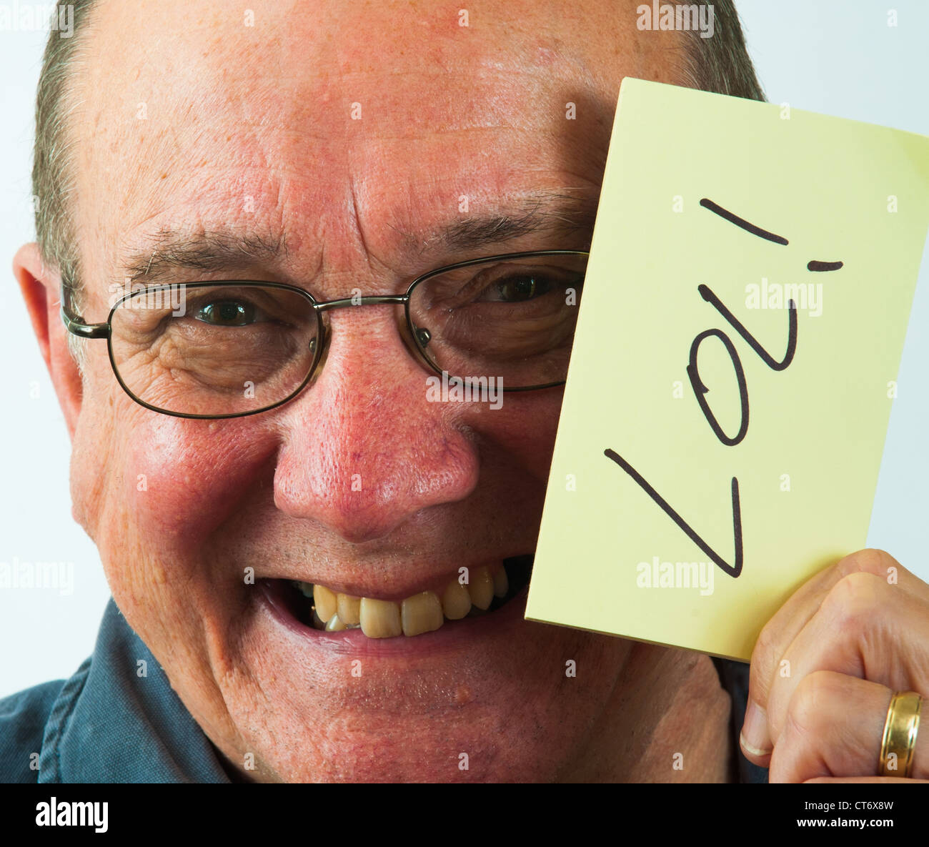 Man holding a LOL! post-it note - Stock Image