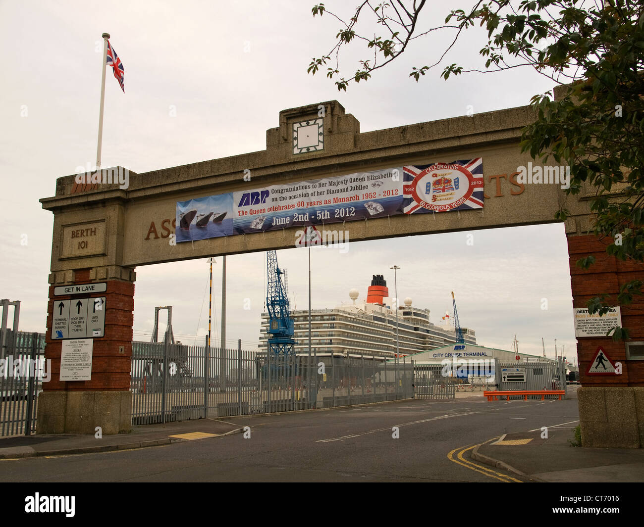 Entrance to Southampton Port displaying a banner congratulating Her Majesty Queen Elizabeth II on her Diamond Jubilee - Stock Image