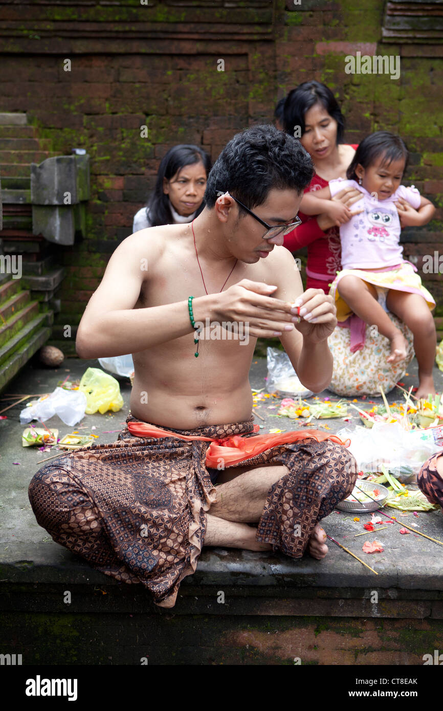 Worshipers bathing and praying at Tirta Empul Temple, Bali, Indonesia. - Stock Image