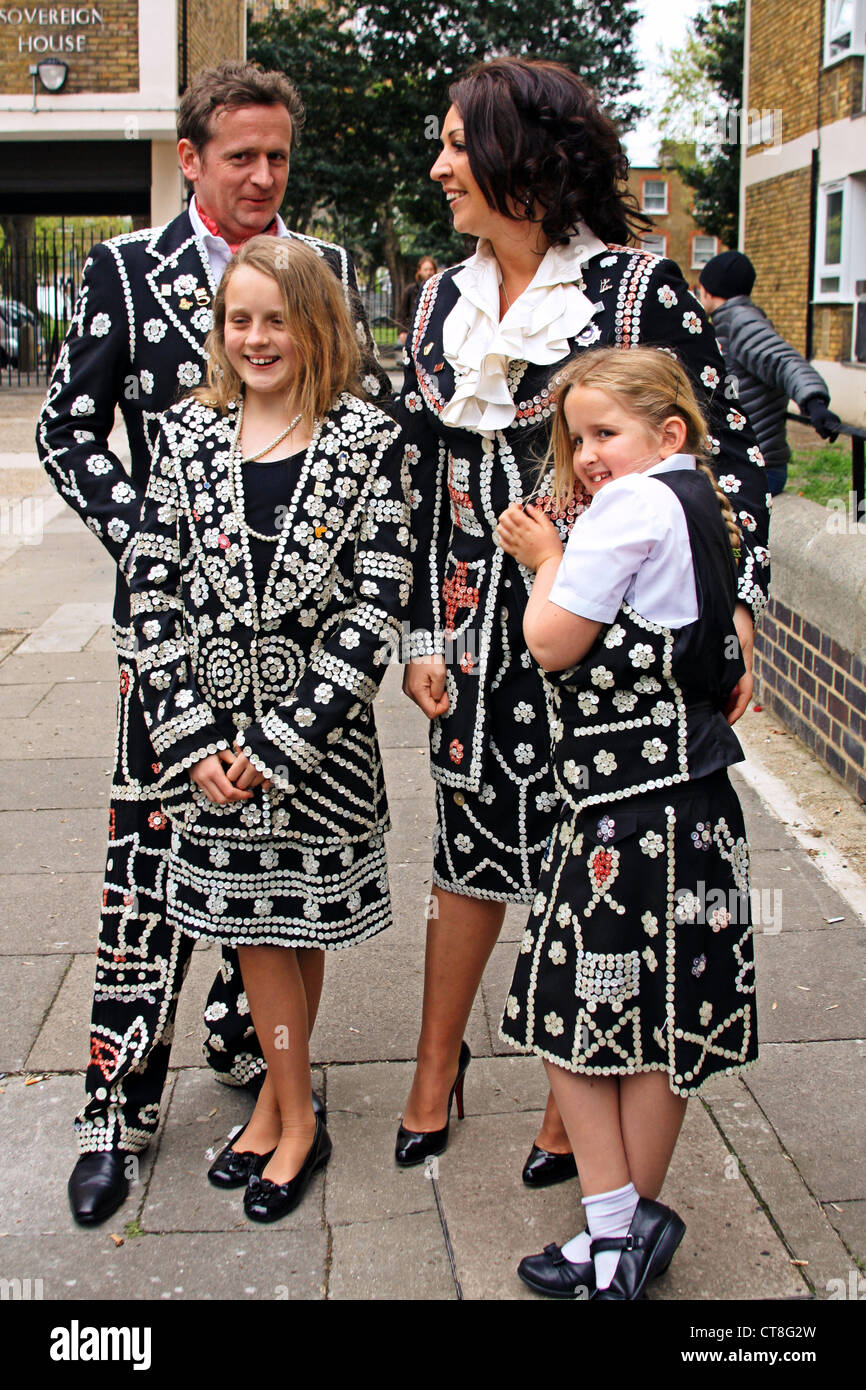 """Pearly Kings and Queens outside """"The Carpenters Arms"""" pub in East London Stock Photo"""