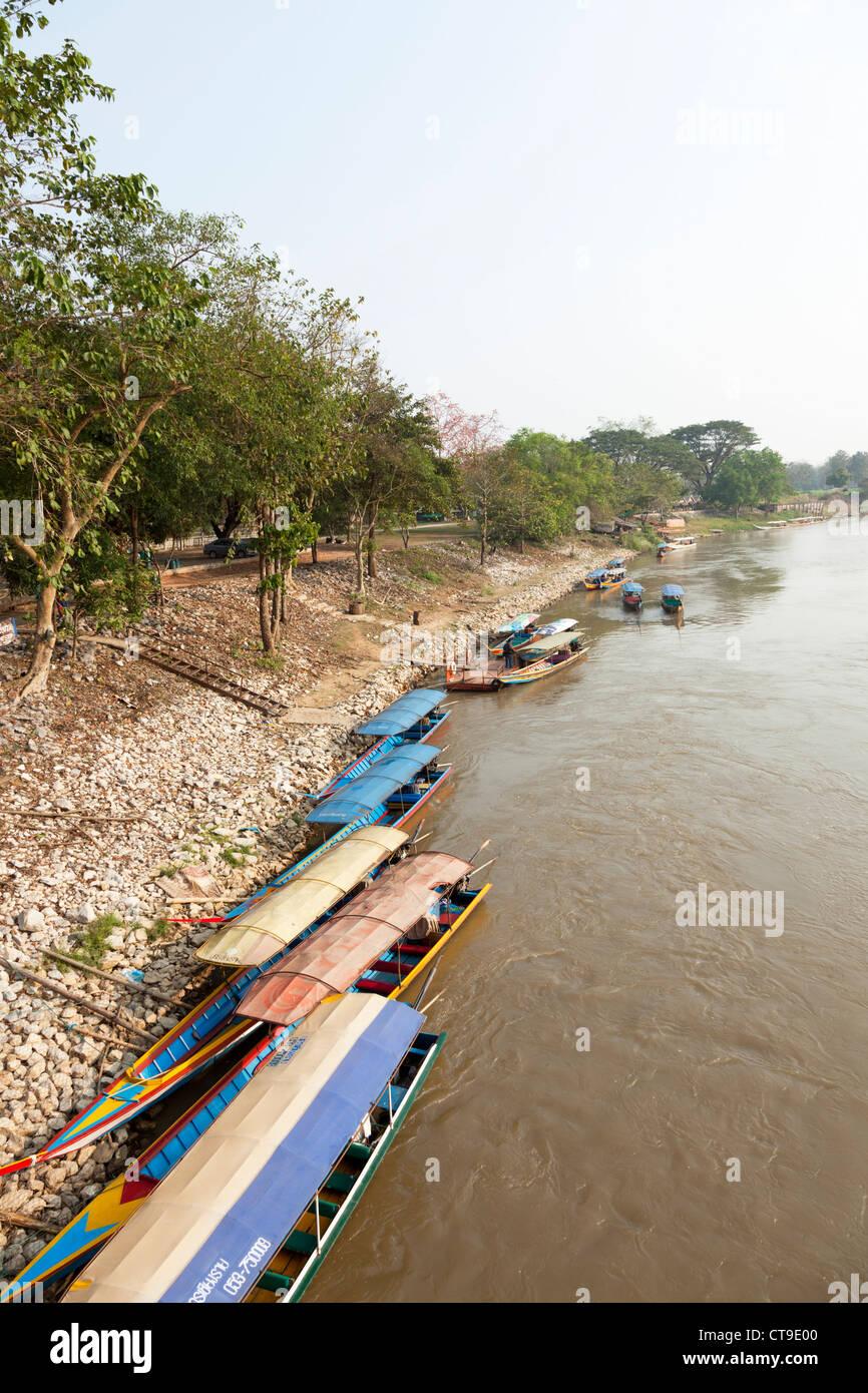 Long tail boats moored on a bank of the Kok river, at Chiang Rai (Thailand). Bateaux à longue queue sur la rivière Stock Photo