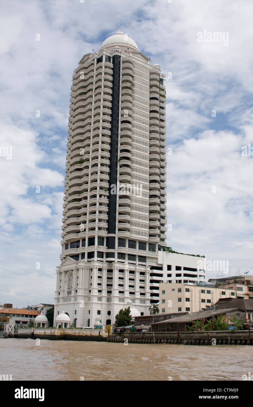 Jak Ped Condominium on the banks of the of he Chao Praya river which means The River of Kings in Bangkok, Thailand. - Stock Image