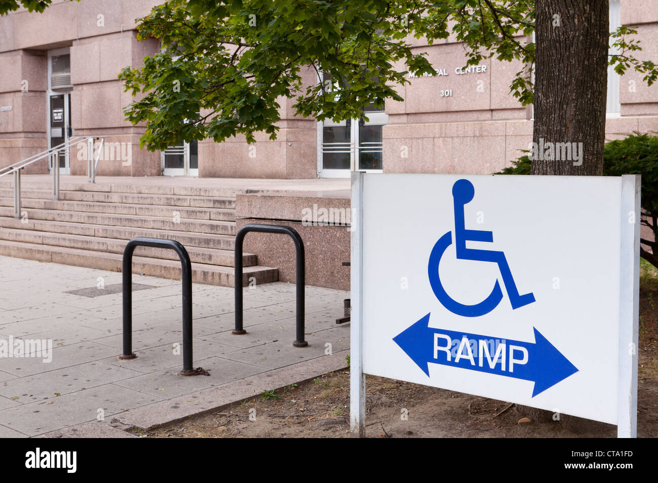 Disabled ramp sign in front of building - Stock Image