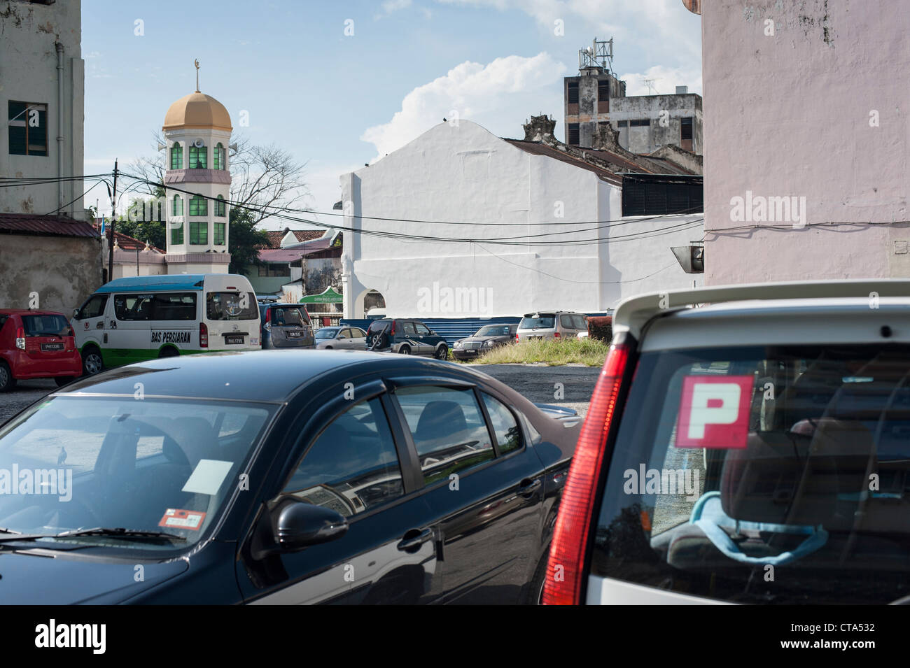 Malaysia, Penang, Georgetown benggali mosque swamped by car park - Stock Image