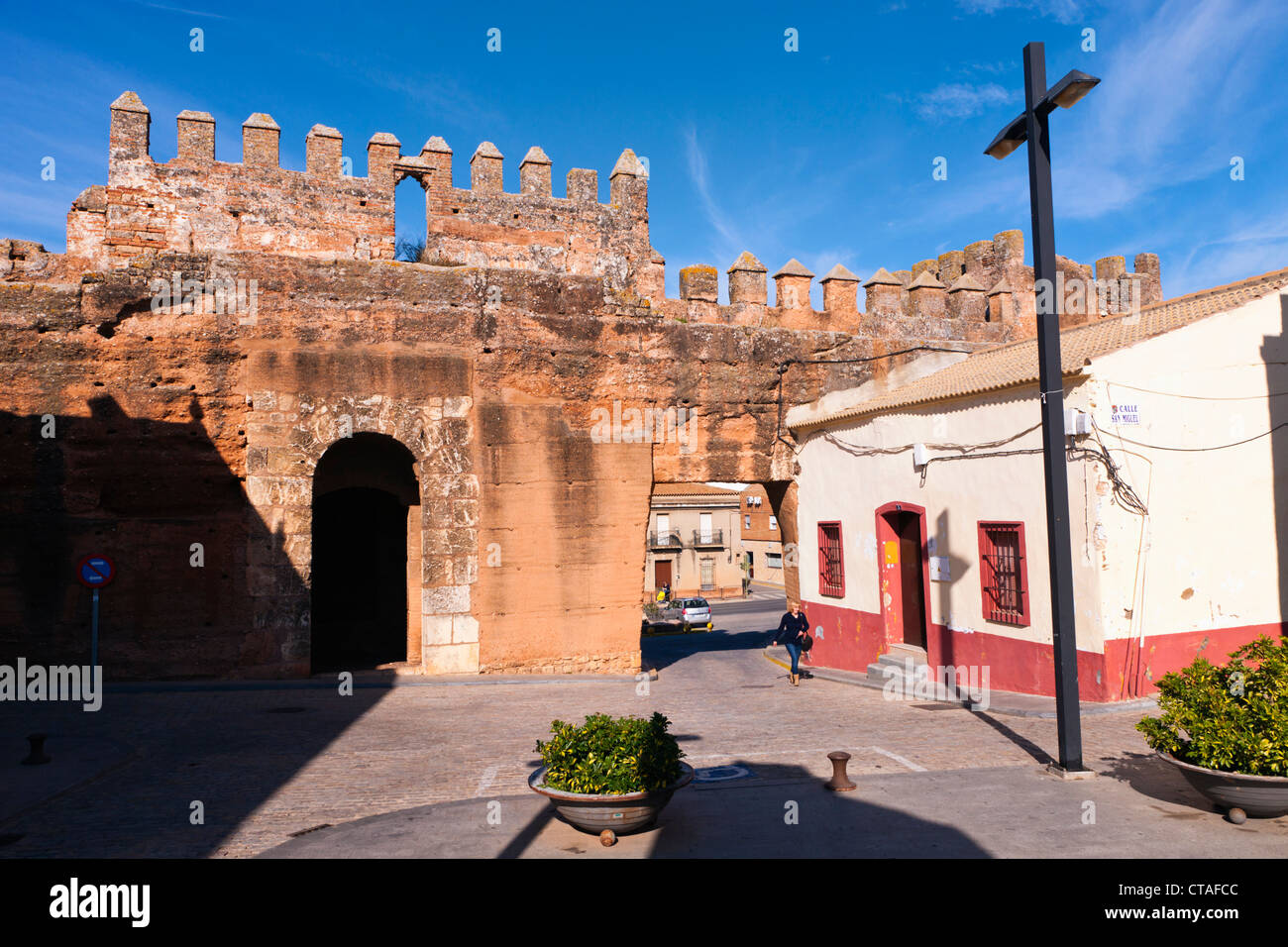 Niebla, Huelva Province, Andalusia, southern Spain. Gate through the old walls. - Stock Image