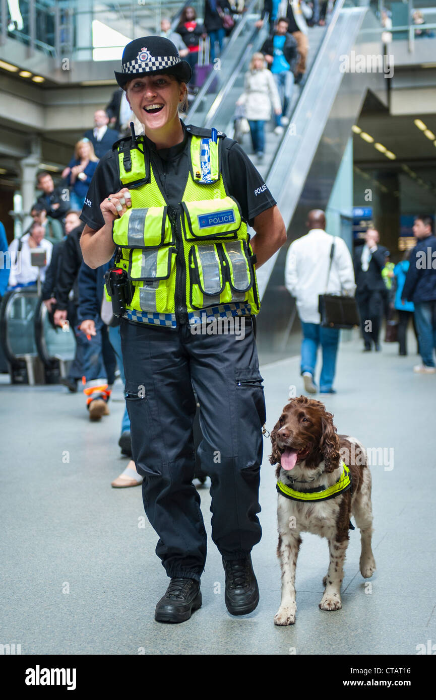 London St Pancras Station happy laughing female lady British Transport Police officer Cocker Spaniel bomb sniffer - Stock Image