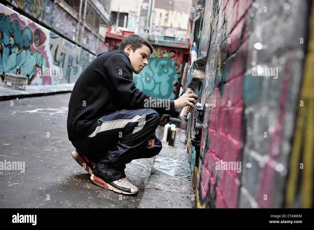 Young graffiti artist, sreet art, Melbourne, Victoria, Australien - Stock Image