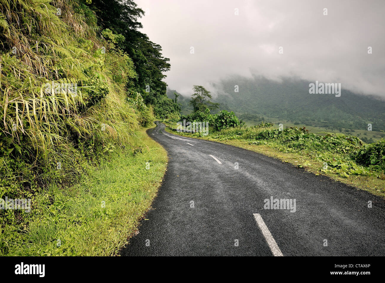 Road at interior of Upolu, mountains and clouds, Samoa, Southern Pacific - Stock Image