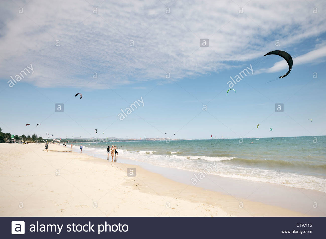 Kite surfer crowd at beach, South China Sea, Mui Ne, Binh Thuan, Vietnam - Stock Image