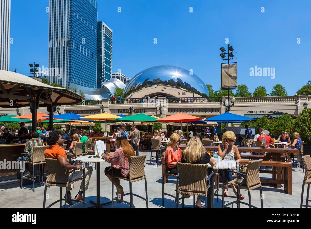 The Park Grill in Millennium Park with Anish Kapoor's 'Cloud Gate' sculpture behind, Michigan Avenue, - Stock Image