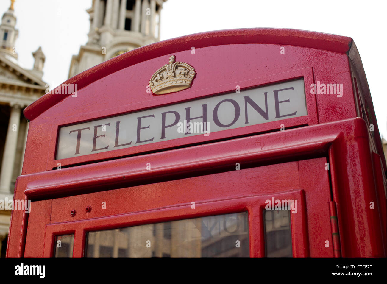 Old style red telephone box outside St. Paul's Cathedral - Stock Image