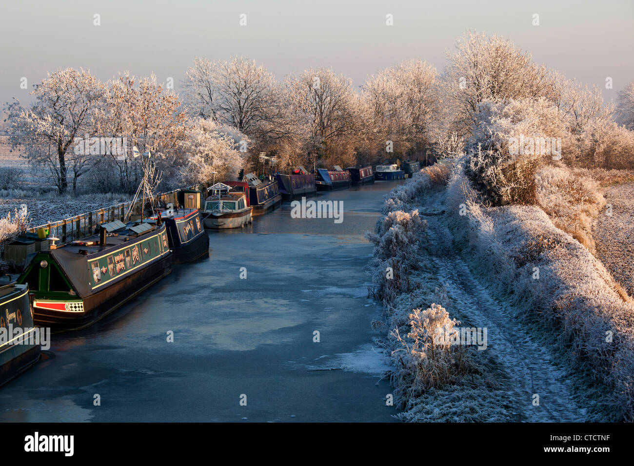 Narrowboats are stranded as the Ashby canal is frozen at Sutton Cheney Wharf in Leicestershire. - Stock Image