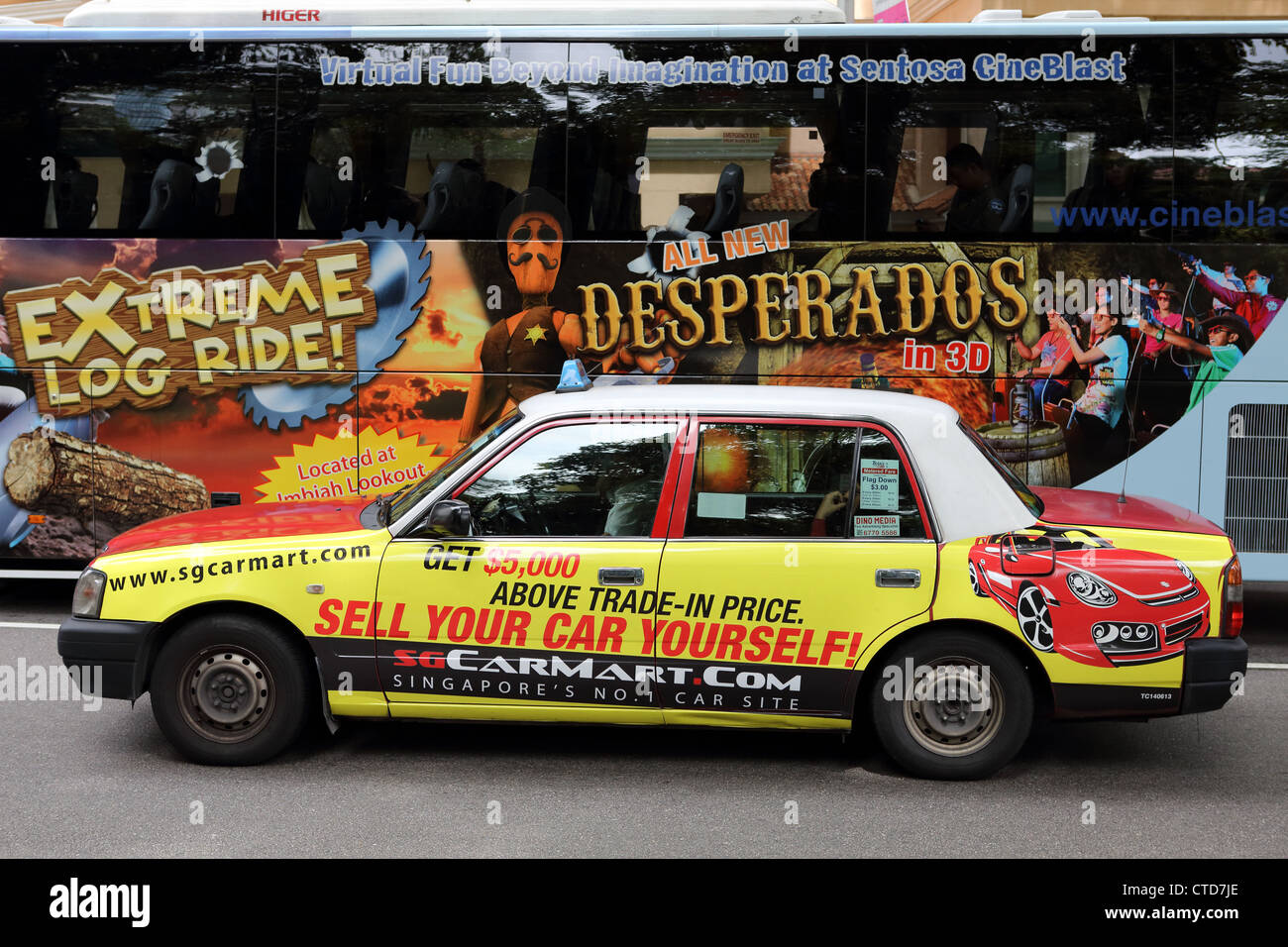 Taxicab and bus in Orchard, Singapore - Stock Image