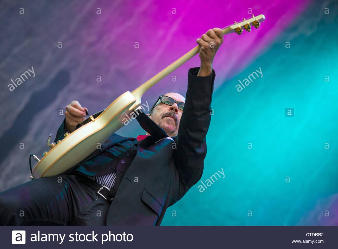 Garbage performing live : Douglas 'Duke' Erikson - Stock Image