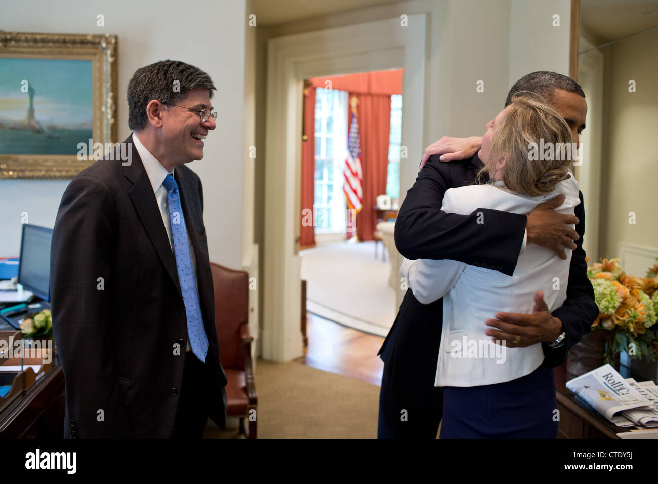 US President Barack Obama is congratulated by Chief of Staff Jack Lew and Kathryn Ruemmler, Counsel to the President, Stock Photo