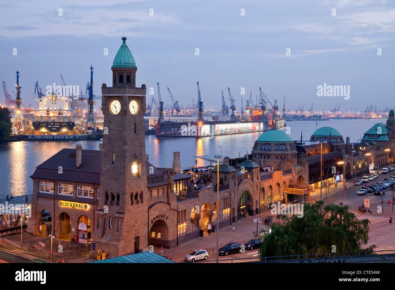 Water level tower at the The St. Pauli Landungsbrücken (St. Pauli Landing Bridges) and the harbour, Hamburg, - Stock Image