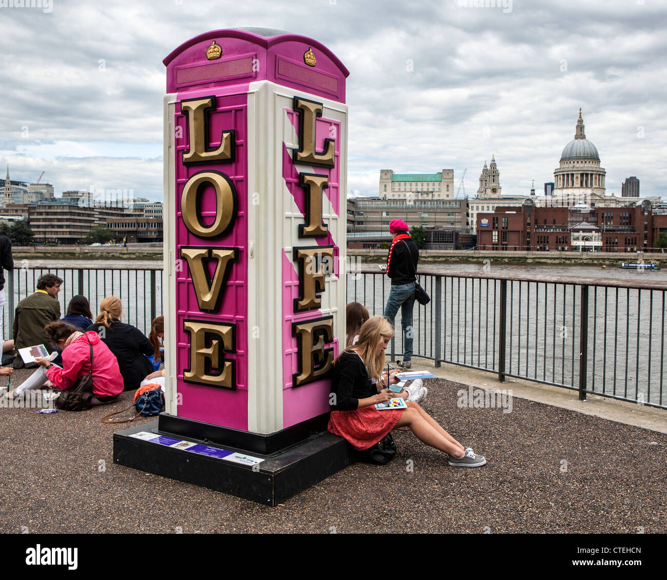 Young Artists and an Art Box - LONG LIVE LOVE LIFE by Ryan Callanan  -Decorated fibreglass replica of the K6 telephone - Stock Image