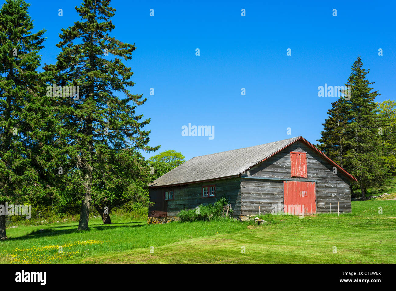 Traditional barn near Owls Head on St George Peninsula, Knox County, Maine, USA - Stock Image