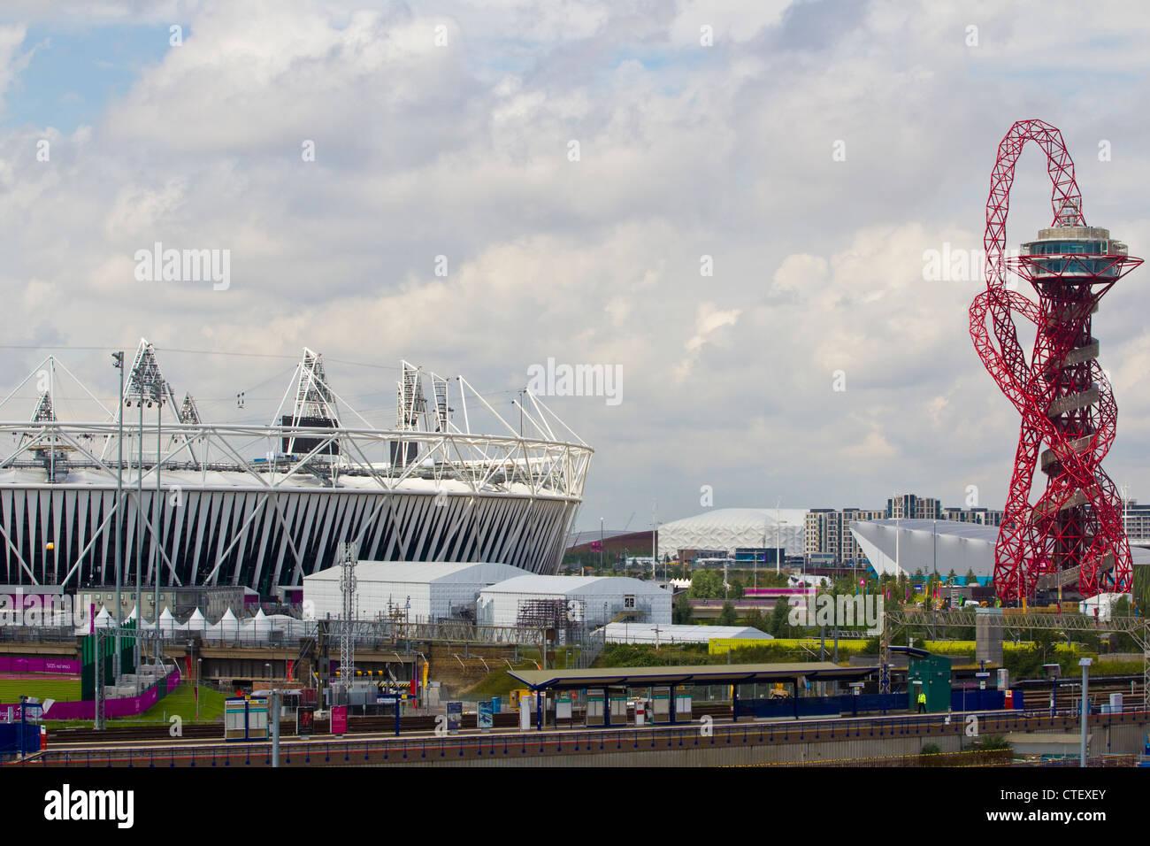 Anish Kapoor's Orbit sculpture rises above the Olympic Park, Stratford, East London, UK - Stock Image
