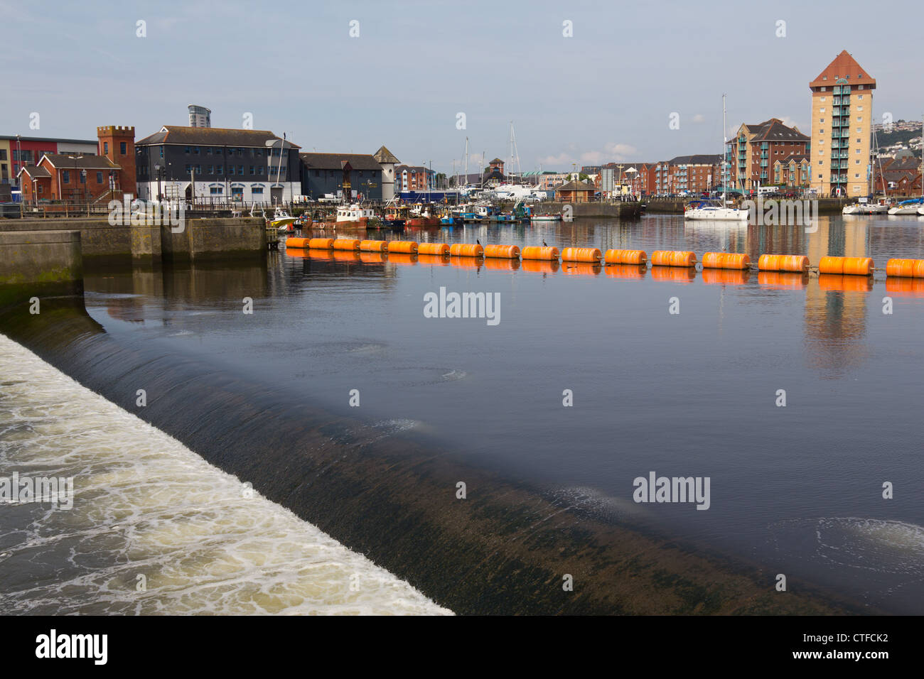 Orange barrage stopping boats from exiting Swansea Marina via a weir - Stock Image