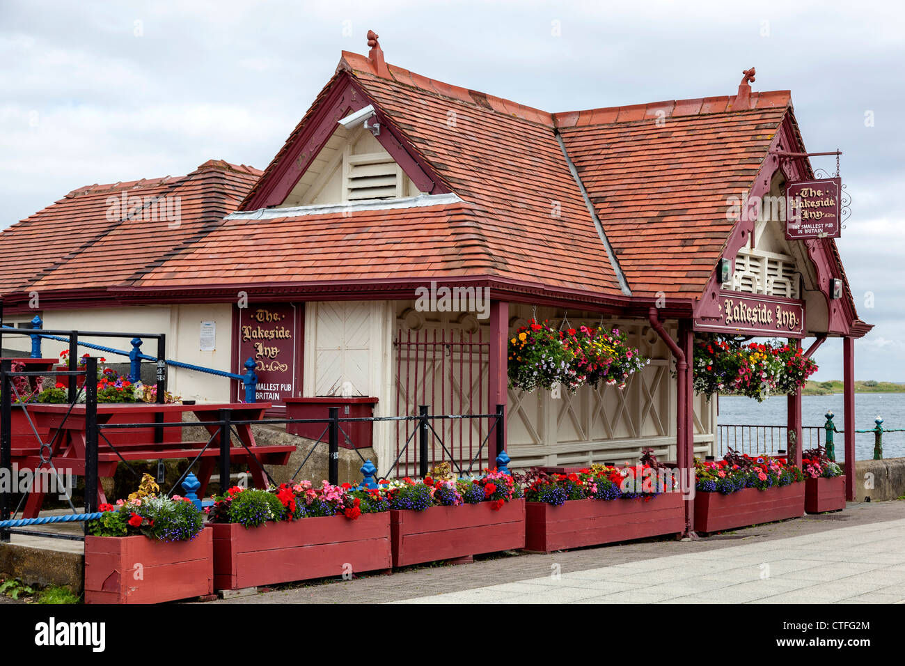 The Lakeside Inn on Southport promenade, the smallest pub in England. - Stock Image