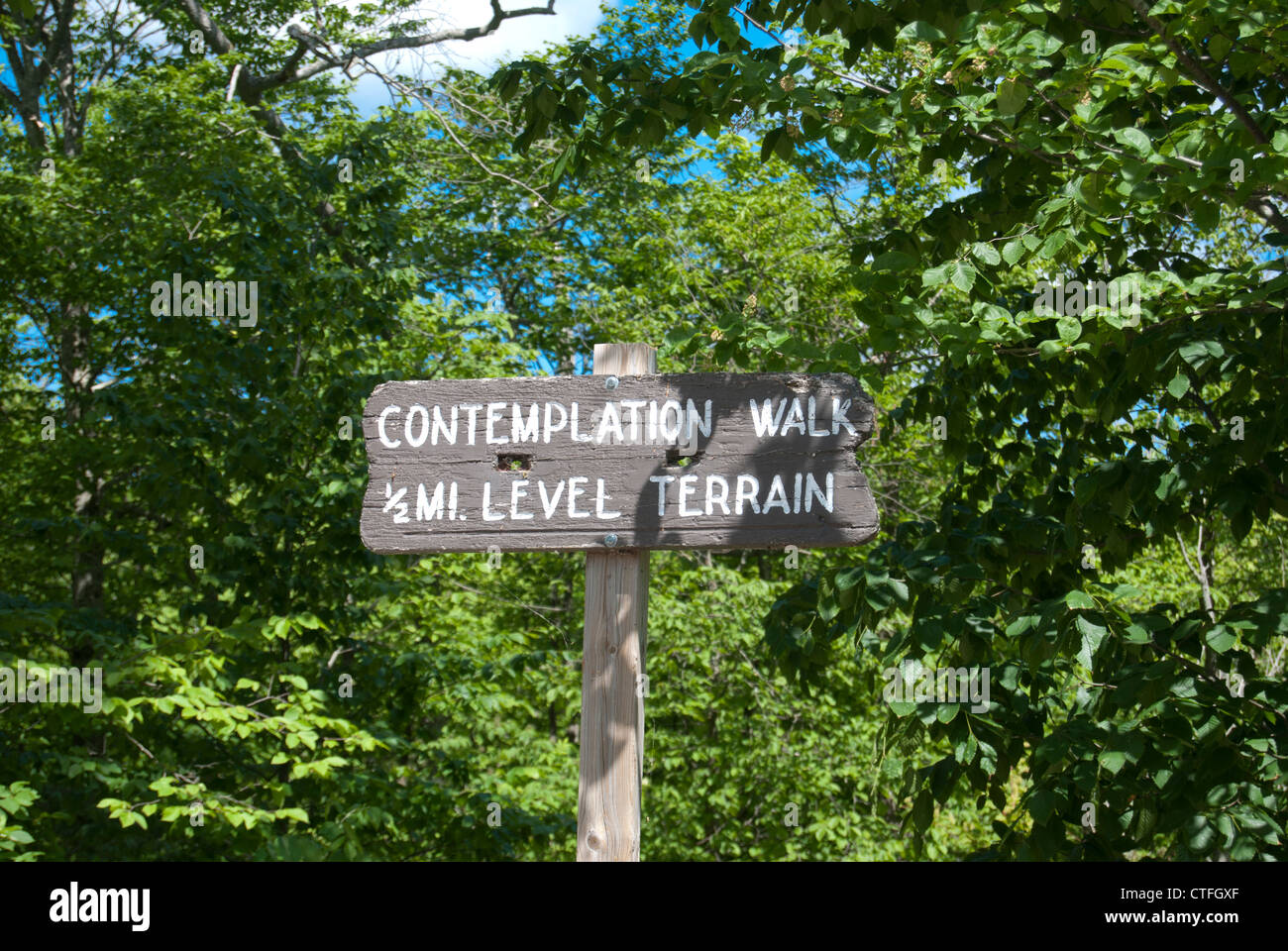 Contemplation walk sign in wooded area - Stock Image