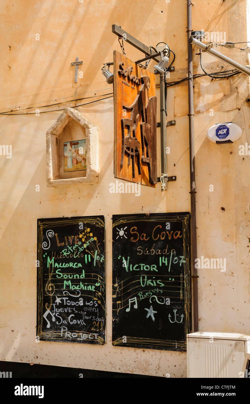 Restaurant blackboards showing events in Santiyani, Mallorca/Majorca - Stock Image