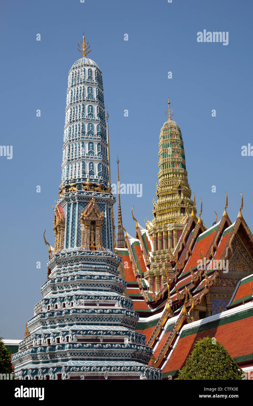Roofs and stupas in the Phra Kaew temple and Grand Palace area (Bangkok - Thailand). Toits et stupas à Bangkok - Stock Image