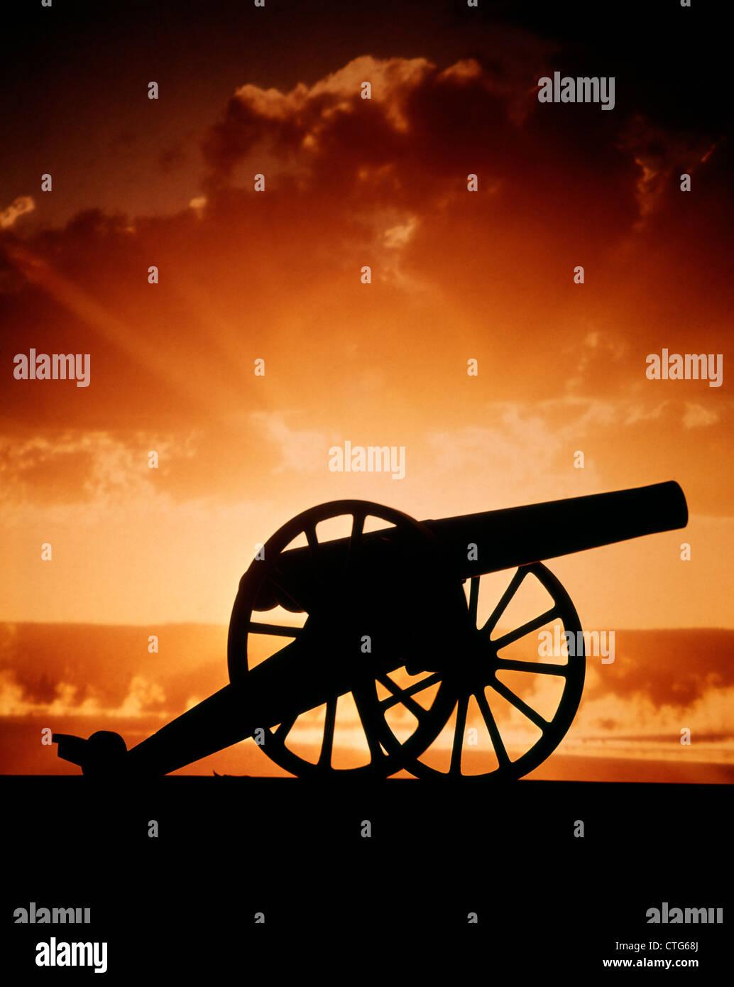 SILHOUETTE CIVIL WAR ERA CANNON SUNSET - Stock Image